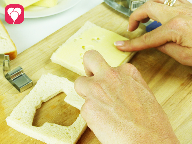 WM Toasts mit Käse belegen