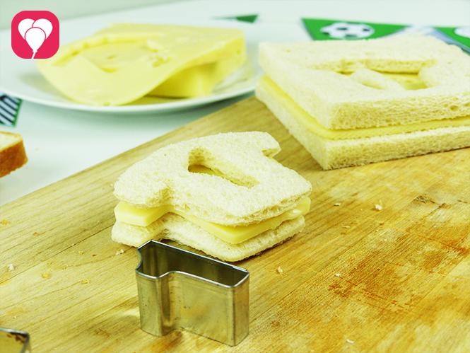 WM Toasts mit praktischen Keksaustechern zu echten Fussball Snacks machen