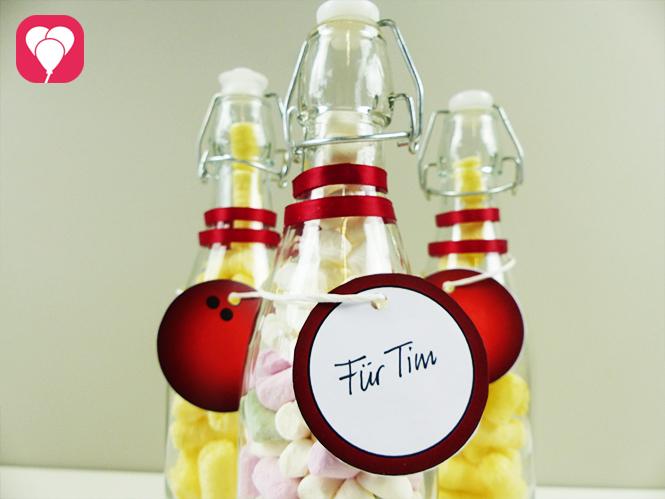 Bowling Give Aways - Glasflaschen mit Bowling Kugel Anhänger verzieren