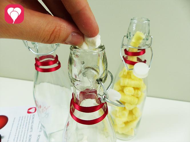 Bowling Give Aways für Kinder - Glasflaschen mit Snacks befüllen