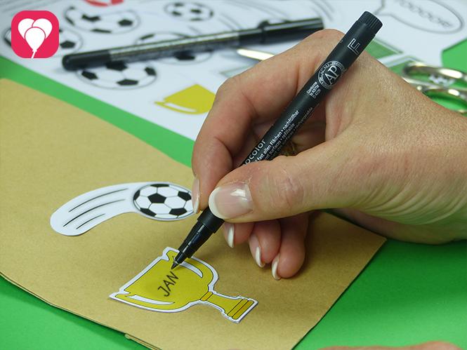 Fußball Geschenktüten dekorieren und beschriften