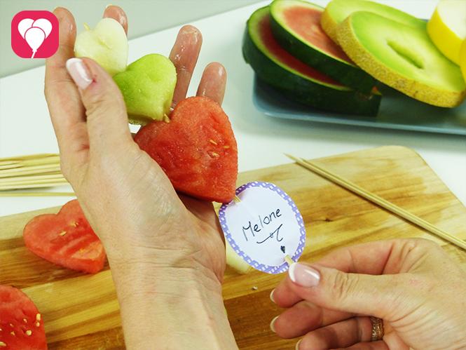 Melone als Sommer Snack auf Schaschlickspieß spießen