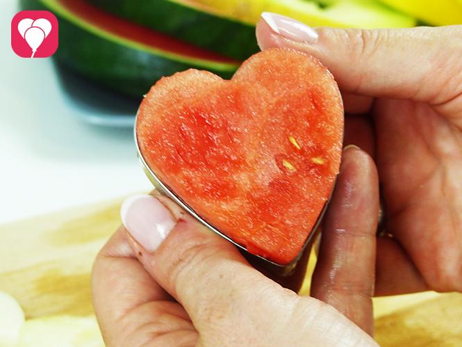 Melone mit Ausstechformen ausstechen