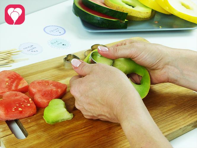 Melonen Spieße als Sommer Snack anrichten - Melone mit Ausstechformen ausstechen