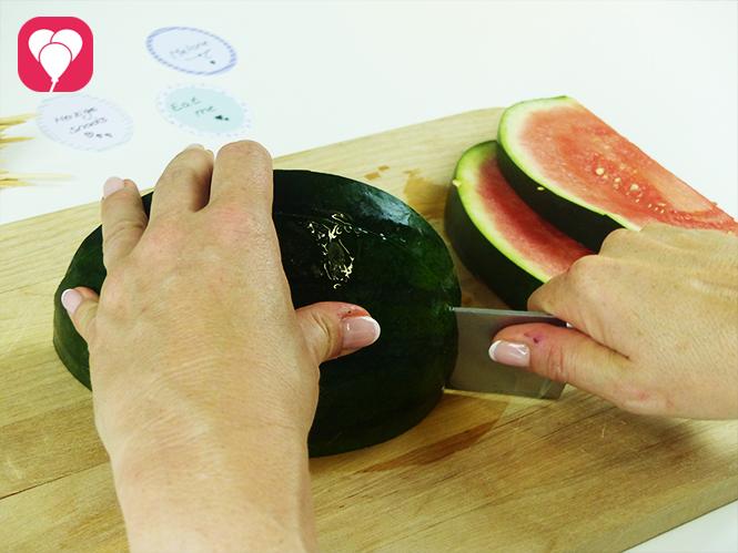 Melonen Spieße als leckeren Sommer Snack anrichten - Melone schneiden