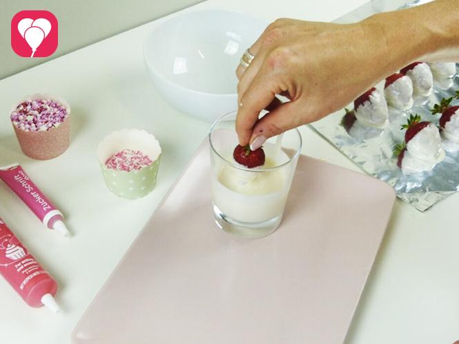 Schoko Erdbeeren dekorieren - Erdbeeren in Schokolade tauchen
