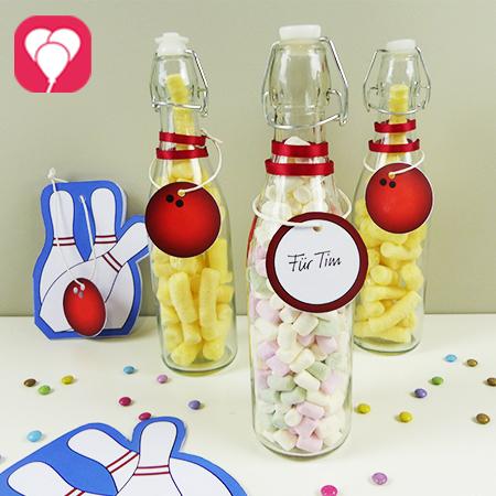 Bowling Give Aways fuer Kinder - Glasflaschen als Bowling Pins mit Snacks befüllen