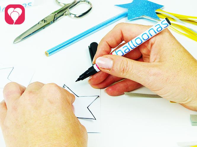 Prinzessinnen Motive auf Glitzer Papier aufmalen für einen Zauberstab Stift