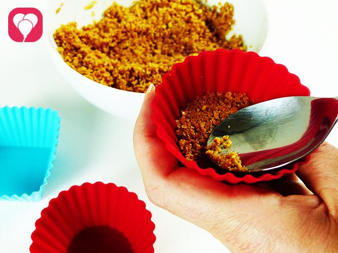Unterwasser Käsekuchen Happen - Keksboden in Muffin Formen füllen