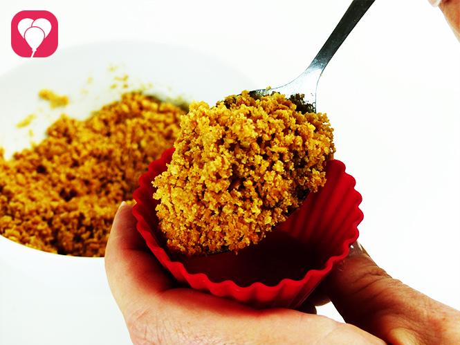 Unterwasser Käsekuchen - Muffin Foermchen mit Keksboden fuellen