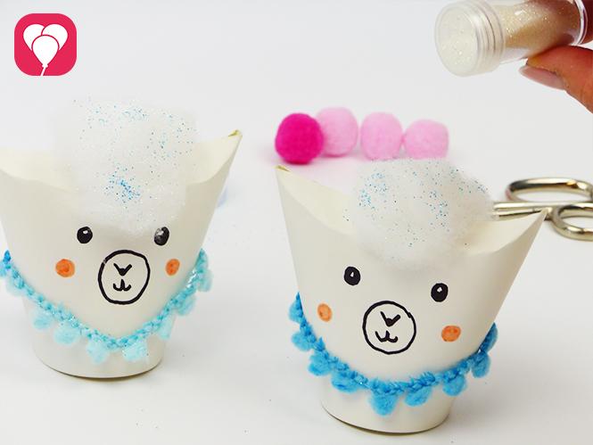 Upcycling Idee für Lama Geschenkverpackung - Mit Glitzer das Watte Haar verzieren