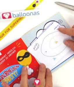 Superhelden Einladungskarte - Maske in die Einladungskarte legen