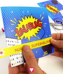 Superhelden Einladungskarte - Lasche um Einladungskarte legen und kleben