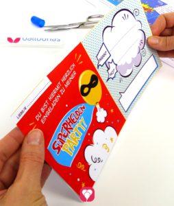 Superhelden Einladungskarte Schritt 2 - kleben