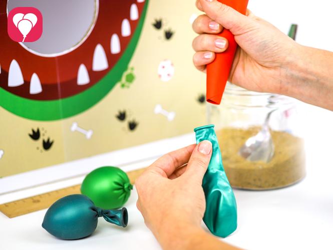 Dino Spiel Wurfbälle mit Trichter füllen