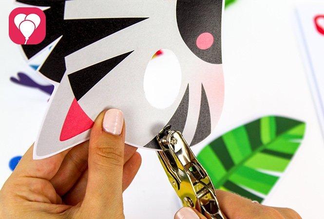 Tierische Masken basteln für den Safari Kindergeburtstag lochen