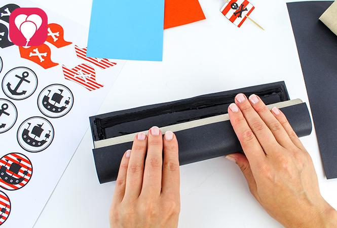 Piraten Fernrohr basteln - schwarzes Tonpapier als Grundlage