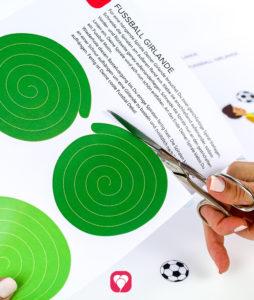 Fußball Girlande - Spirale ausschneiden