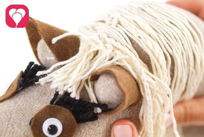 Steckenpferd basteln - Haare und Augen