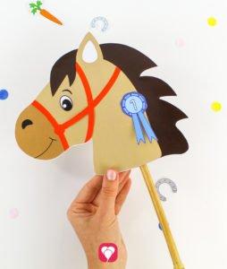 Pferde Schatzsuche - Steckenpferd an Stab befestigen