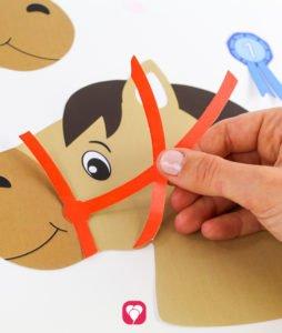 Steckenpferde basteln - Pferd dekorieren